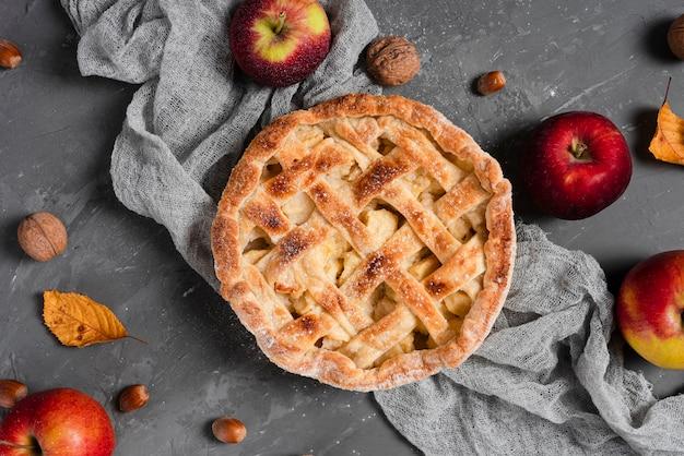 Flache lage von kuchen und äpfeln