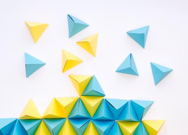 Flache lage von lebhaften papierpyramiden