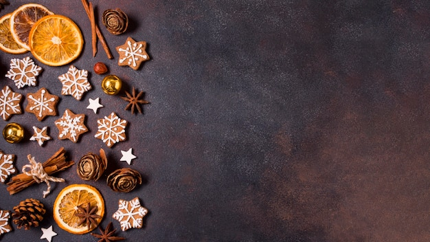 Flache lage von lebkuchen und getrockneten zitrusfrüchten für weihnachten