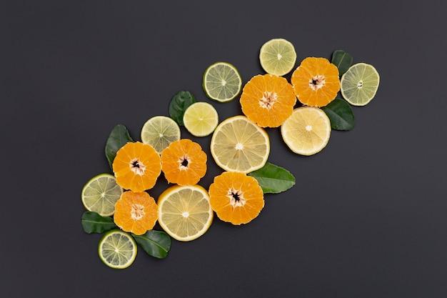 Flache lage von mandarinen- und zitronenscheiben