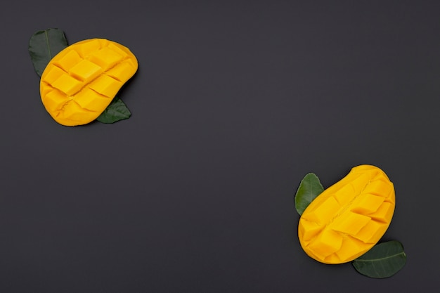 Flache lage von mangoscheiben mit blättern