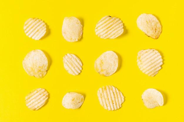 Flache lage von manipulierten kartoffelchips