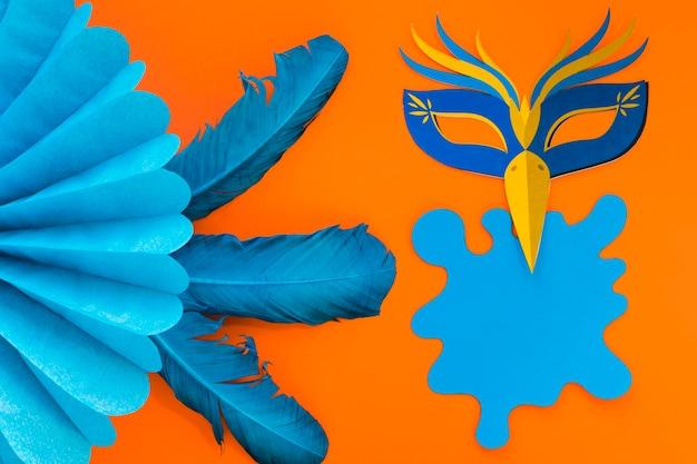 Flache lage von maske und papierfächer für karneval mit federn