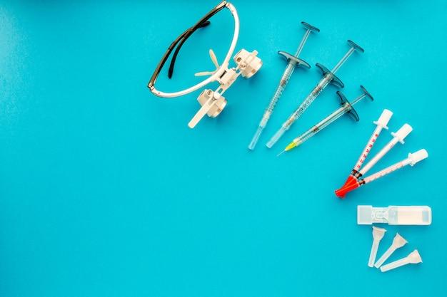 Flache lage von medizinischen instrumenten auf blau