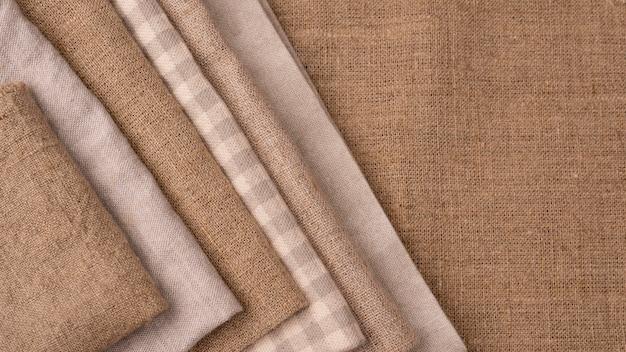 Flache lage von monochromatischen farbigen textilien mit kopierraum