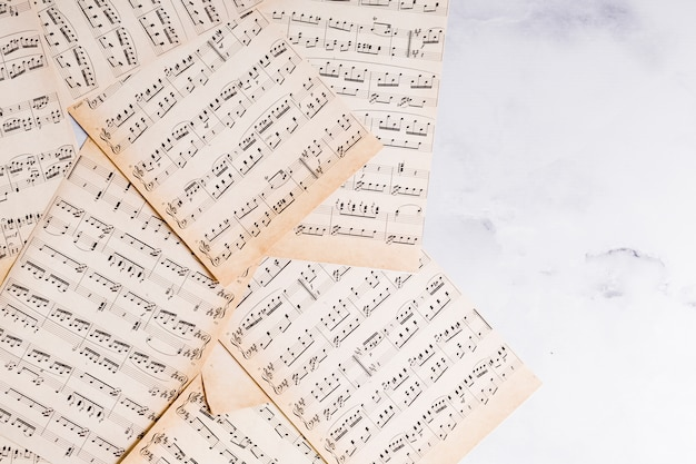 Flache lage von musiknoten