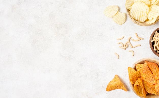 Flache lage von nacho-chips und kartoffelchips mit kopierraum