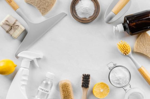 Flache lage von öko-reinigungsprodukten mit zitrone und backpulver