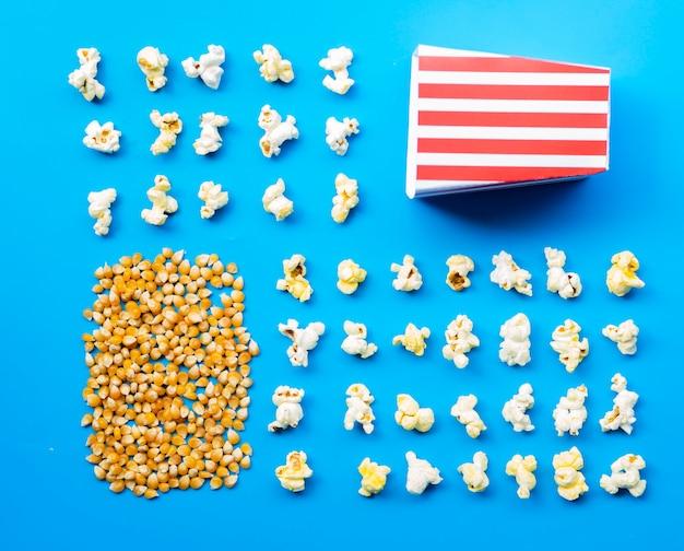 Flache lage von popcorn und körnern