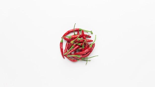 Flache lage von roten chilischoten