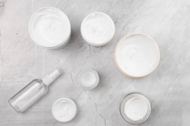 Flache lage von sahnekästen auf marmorhintergrund