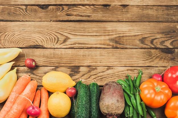 Flache lage von saisonalen früchten, gemüse und kräutern.