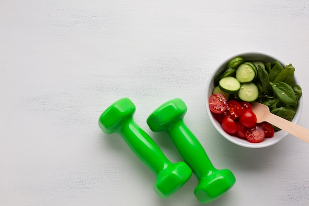 Flache lage von salat und gewichten