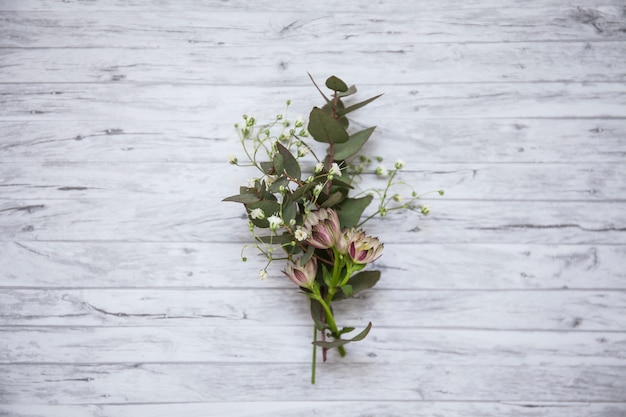 Flache lage von schönen wildblumen