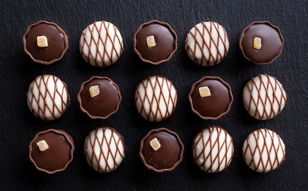 Flache lage von schokoladensortimenten von süßigkeiten