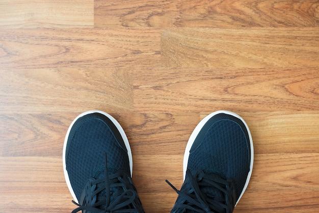 Flache lage von sportaktivitätsgegenständen auf hölzernem hintergrund mit kopienraum