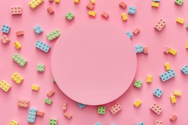 Flache lage von süßigkeitenblöcken mit kopierraum