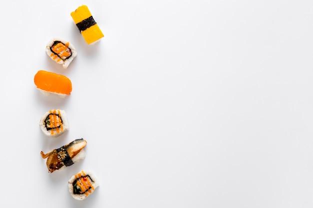 Flache lage von sushi mit kopierraum