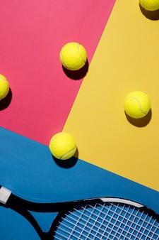 Flache lage von tennisbällen mit schläger