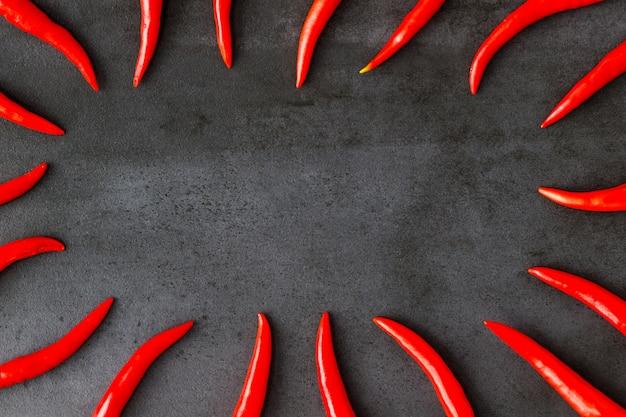 Flache lage von thailändischen roten frischen scharfen chilischoten.