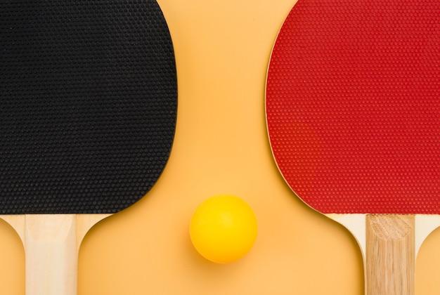 Flache lage von tischtennisball mit paddeln