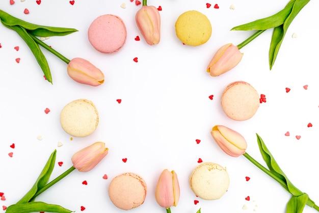 Flache lage von tulpen und von macarons für valentinstag
