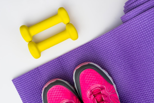 Flache lage von turnschuhen mit gewichten