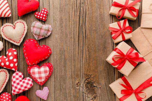 Flache lage von valentinstaggeschenken mit verzierungen