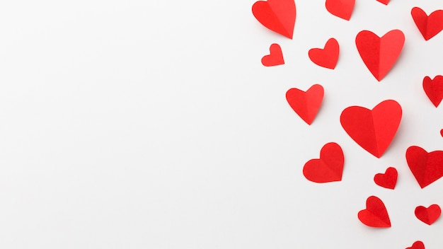 Flache lage von valentinstagpapier-herzformen