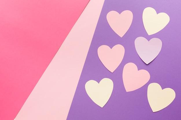 Flache lage von valentinstagpapierherzen