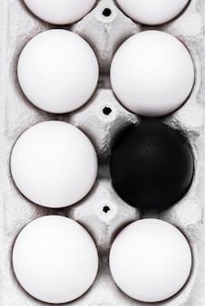 Flache lage von verschiedenfarbigen eiern für die bewegung des schwarzen lebens