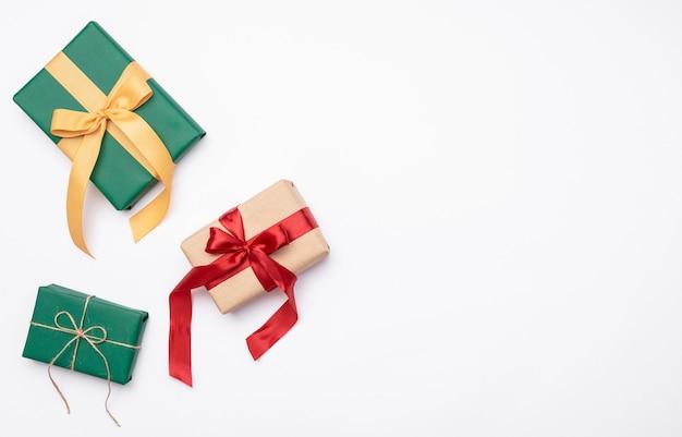 Flache lage von weihnachtsgeschenken auf weißem hintergrund