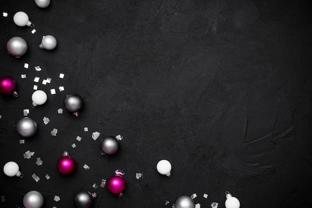 Flache lage von weihnachtskugeln und -konfetti