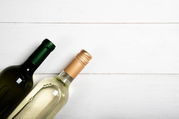 Flache lage von zwei flaschen weißwein