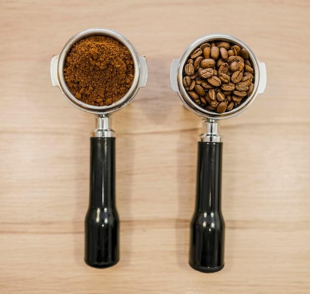 Flache lage von zwei kaffeemaschinenbechern
