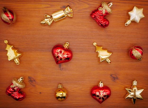 Flache lage weihnachtsdekor auf hölzernem hintergrund