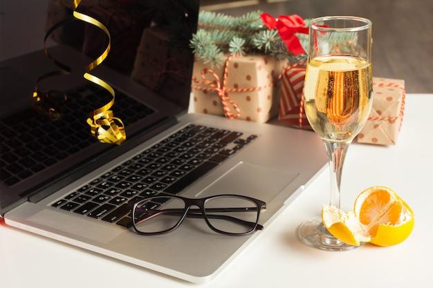Flache lage weihnachtsdekoration büroarbeitsplatz