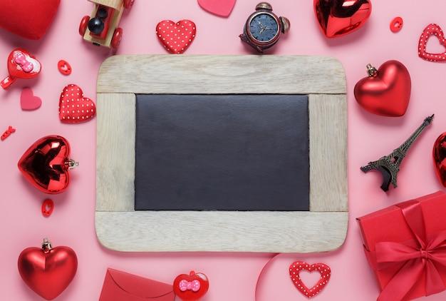 Flache lageanordnung der leerraumtafel u. der wesentlichen einzelteile auf modernem rustikalem rosa papier für spott herauf kreatives design