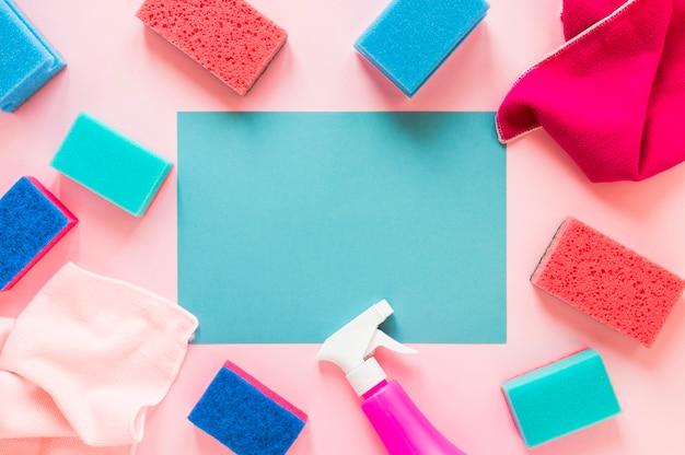 Flache lageanordnung mit reinigungsprodukten auf rosa hintergrund