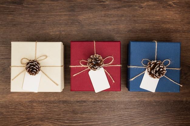 Flache lageanordnung mit weihnachtsgeschenken auf hölzernem hintergrund
