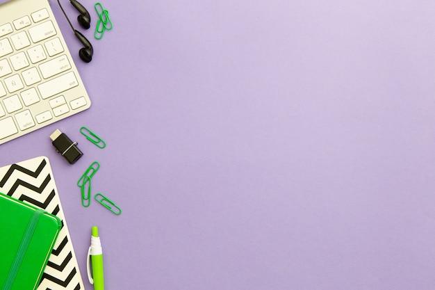 Flache lagearbeitsplatzanordnung auf purpurrotem hintergrund mit kopienraum