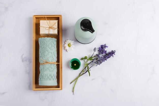 Flache lagegesundheitswesenprodukte auf marmorhintergrund