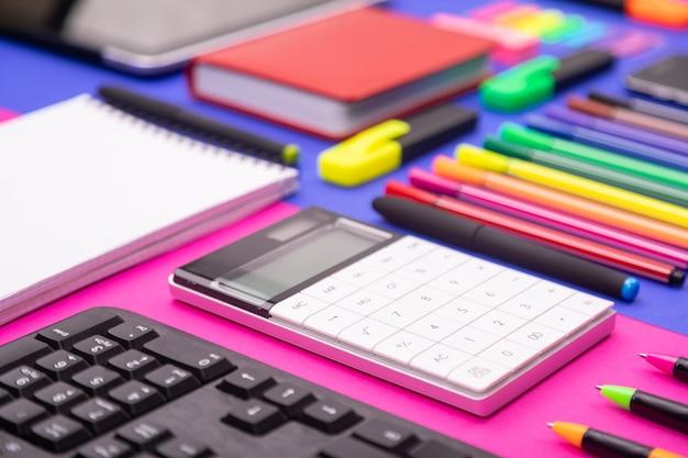 Flache lagezusammensetzung des geschäftsschreibtischs mit tastatur, taschenrechner, aufkleber