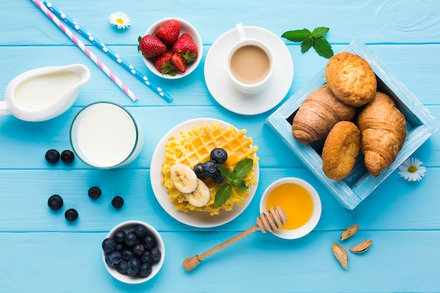 Flache lagezusammensetzung eines geschmackvollen frühstückstisches