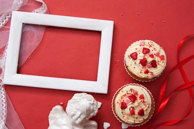 Flache lagezusammensetzung für valentinstaggrüße auf einer roten oberfläche
