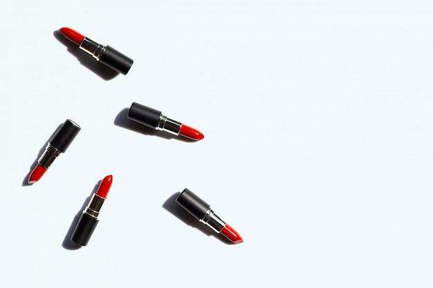 Flache lagezusammensetzung, lippenstifte auf weiß mit schatten. schönes make-upkonzept