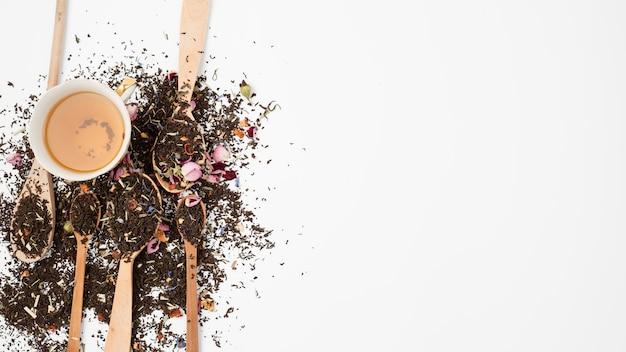 Flache lagezusammensetzung von teeblättern