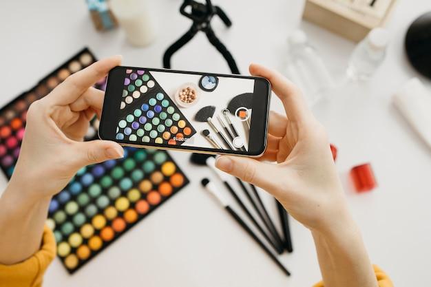 Flache laie der bloggerin, die online mit smartphone strömt