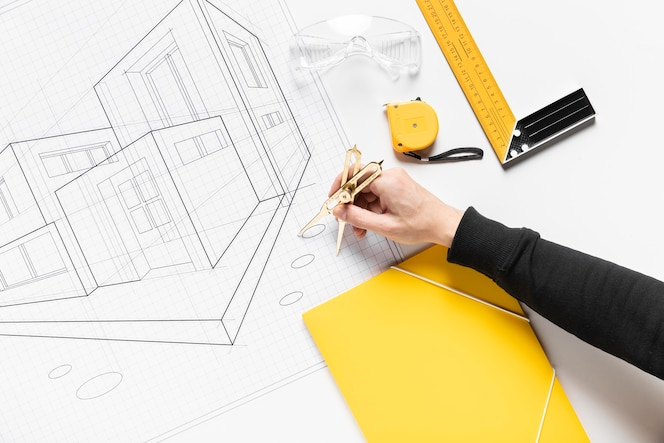 Flache laie, die am architekturprojekt arbeitet