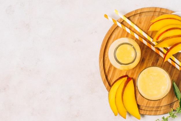 Flache laien-mango-smoothies mit kopienraum